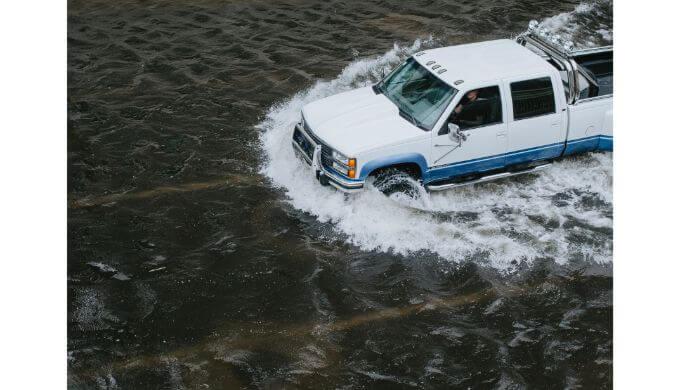 冠水した道路を走る車