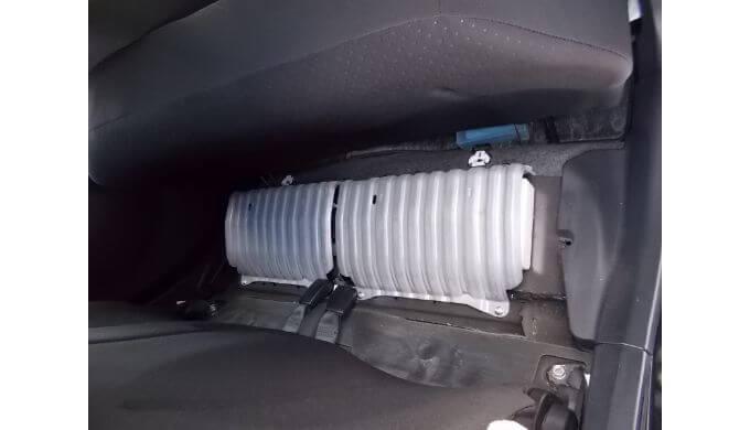リヤシートの下にパンク修理キットがある三菱のアイ
